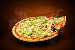 Reklamblad och affisch för begrepp befordrings- för pizzeriameny med läcker smakpizzaCaesar sallad, mozzarellaost och kopieringsu royaltyfri foto