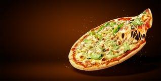 Reklamblad och affisch för begrepp befordrings- för restauranger eller pizzerias, läcker smakpizza Caesar royaltyfri bild