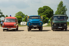 Reklamfilmen åker lastbil (lämnade) Ford Transit, en populär sovjetisk lastbil ZIL-130 (mitten), Mercedes-Benz T2 (rätten) Royaltyfria Foton
