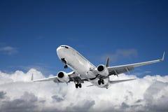 Reklamfilmflygplan över den blåttskyen och cumulusen Royaltyfri Fotografi