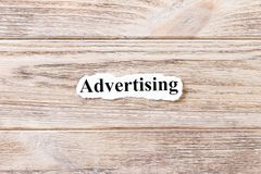 Reklamować słowo na papierze Pojęcie Słowa reklama na drewnianym tle obraz royalty free