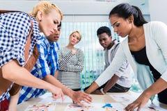 Reklamowej agenci drużynowy wybiera kluczowy projekt Fotografia Stock