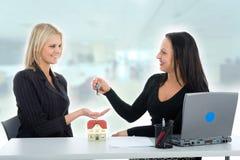 reklamuje biznesowe estat prawdziwe kobiety obrazy stock