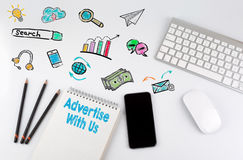 Reklamuje Z My Biurowego biurka stół z komputerem, Smartphone, nutowy ochraniacz, ołówki zdjęcie royalty free