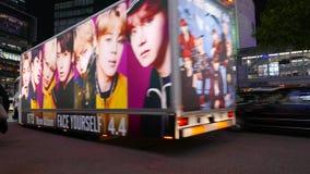 Reklamy ciężarówka z idola portreta jeżdżeniem przy Shibuya nocy ulicą, Tokio zbiory