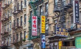 Reklamy i ogieni schodki w Chinatown, Miasto Nowy Jork Obraz Royalty Free