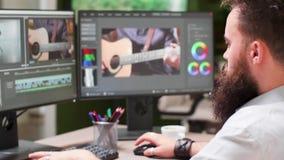 Reknadruk van professioneel creatief team stock footage