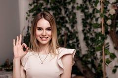 reko trendiga shower för den unga kvinnan undertecknar in den härliga klänningen Royaltyfri Foto