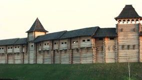 Rekonstruerad medeltida träfästning arkivfilmer