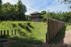 Rekonstruerad roman limefrukter och watchtower nära den tidigare slotten Zugmantel Arkivfoto