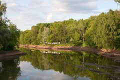 Rekonstruktion av dammet Urladdningen av vatten, nedersta lokalvård och förstärkning av bankerna Arkivbilder