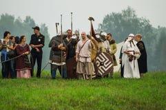 Rekonstruktion av den historiska striden av de forntida slaverna i den femte festivalen av historiska klubbor i det Zhukovsky omr Royaltyfri Fotografi