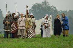 Rekonstruktion av den historiska striden av de forntida slaverna i den femte festivalen av historiska klubbor i det Zhukovsky omr Arkivfoton