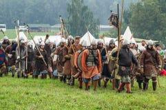 Rekonstruktion av den historiska striden av de forntida slaverna i den femte festivalen av historiska klubbor i det Zhukovsky omr Royaltyfri Bild