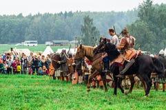 Rekonstruktion av den historiska striden av de forntida slaverna i den femte festivalen av historiska klubbor i det Zhukovsky omr Royaltyfria Bilder