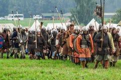 Rekonstruktion av den historiska striden av de forntida slaverna i den femte festivalen av historiska klubbor i det Zhukovsky omr Arkivbilder