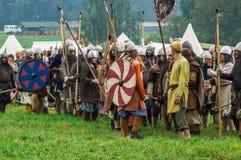 Rekonstruktion av den historiska striden av de forntida slaverna i den femte festivalen av historiska klubbor i det Zhukovsky omr Fotografering för Bildbyråer
