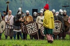 Rekonstruktion av den historiska striden av de forntida slaverna i den femte festivalen av historiska klubbor i det Zhukovsky omr Arkivbild