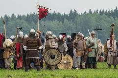 Rekonstruktion av den historiska striden av de forntida slaverna i den femte festivalen av historiska klubbor i det Zhukovsky omr Royaltyfria Foton