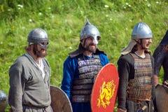 Rekonstruktion av forntida strider under den ethnographic festivalen Arkivfoto