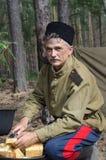 Rekonstruktion av händelserna av världskrig II, Ryssland, Dimitrovgrad, 26 Augusti 2017 Ståenden av en soldat för röd armé, klipp Arkivfoto