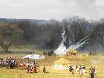 Rekonstruktion av striden av Borodino Soldaterna av 1812 sl?ss p? slagf?ltet Detaljer och n?rbild royaltyfria bilder