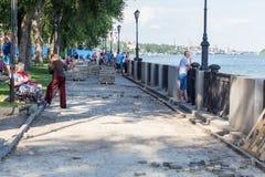 Rekonstruktion av trottoaren på strandfloduniversitetsläraren Royaltyfri Foto