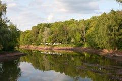 Rekonstruktion des Teichs Die Entladung des Wassers, der unteren Reinigung und der Verstärkung der Banken Stockbilder