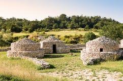 Rekonstruktionby som är paleolitisk i Abruzzo & x28; Italy& x29; Arkivbilder