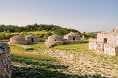 Rekonstruktionby som är paleolitisk i Abruzzo & x28; Italy& x29; Arkivfoton