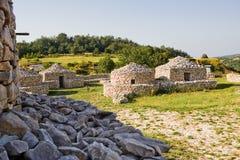 Rekonstruktionby som är paleolitisk i Abruzzo & x28; Italy& x29; Arkivfoto