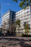 Rekonstruujący industrially nadplanowy GDR mieszkaniowy dom obrazy stock