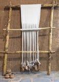 Rekonstruujący prehistoryczny pełnoletni tkactwa krosienko zdjęcie stock