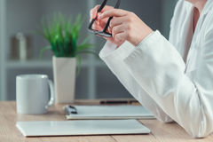 Rekord för medicinsk historia för kvinnlig doktor läs- tålmodigt royaltyfria foton