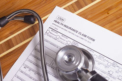Rekord, penna och stetoskop för medicinsk försäkring Arkivfoton