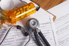 Rekord, penna och stetoskop för medicinsk försäkring Arkivbilder