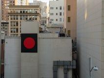 Rekord- tecken på sida av byggnad i stad arkivfoto