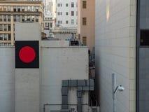 Rekord- tecken på sida av byggnad i stad arkivbilder