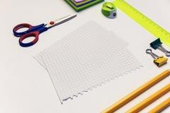 Rekordblätter, Scheren, Bleistifte und anderes Briefpapier Bürothema Stockfotografie