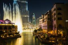 Rekordbrechendes Brunnensystem eingestellt auf Burj Khalifa Stockfotografie