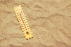 Rekordhohe temperaturen, Thermometer auf warmem Wüstensand lizenzfreies stockfoto