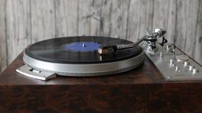 Rekordspieler, der eine Vinylaufzeichnung spielt stock footage