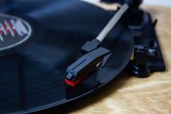 Rekordspieler, der eine Vinylaufzeichnung spielt stockfotos