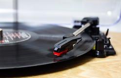 Rekordspieler, der eine Vinylaufzeichnung spielt stockbilder