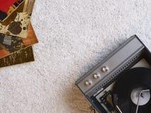 Rekordspieler- und Vinylaufzeichnungen auf Bodenansicht von oben Stockbild