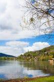 Rekreacyjnego terenu jeziorny tegernsee, pokojowy miejsce, wiosny lan Zdjęcia Stock