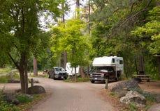 Rekreacyjni pojazdy zajmuje campsites przy łatwością blisko sedona Fotografia Stock