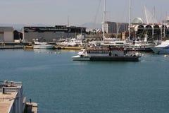 Rekreacyjny łódkowaty pełny ludzie wchodzić do port Walencja, Hiszpania Zdjęcie Royalty Free
