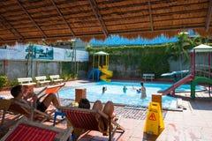 Rekreacyjny teren z pływackim basenem w zdroju kurorcie Thap półdupków Gorące wiosny z gorącymi borowinowymi skąpaniami i kopalny obrazy royalty free