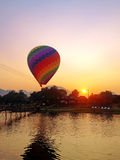 rekreation Ballong för varm luft som flyger över floden royaltyfri bild